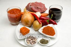 Чтобы приготовить венгерский суп-гуляш, необходимо взять мякоть телятины, масло оливковое, лук, тимьян, паприку сухую, вино сухое красное, помидоры в собственном соку, фасоль, соль, перец паприку свежий, перец острый свежий, картофель, морковь, чеснок, сало свежее.