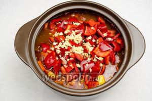 Выложить в кастрюлю перец и чеснок. Нарезать (по вкусу) очищенный и промытый под холодной водой острый перец (1 штучку). При необходимости добавить соли в гуляш, попробуйте обязательно по вкусу, нужна соль или нет.