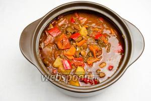 Перец отдаст сок. Тушить под крышкой ещё 15-20 минут до мягкости перца. Гуляш по-венгерски готов.