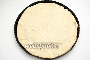 Подготовить форму (слегка смазать оливковым маслом). Раскатать или растянуть вручную тесто по форме.