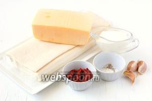 Для приготовления слоёных трубочек с сыром и чесноком нам понадобится слоёное тесто, томатная паста, чеснок, сыр Российский, перец, майонез.