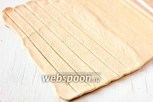 Тесто слегка раскатать и порезать на полоски шириной 1,5 см и длиной 30-35 см.