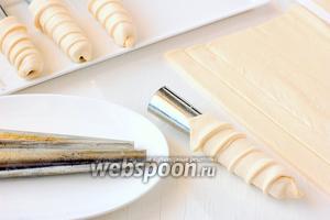 Железные трубочки (можно сделать конусы из картона и кондитерской бумаги) смазать маслом и намотать тесто спиралью.
