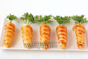 Вставить в салат веточки петрушки. Трубочки-морковки готовы!