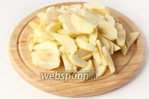 Яблоки очищаем от кожуры, вырезаем сердцевину и нарезаем тонкими ломтиками. Яблок понадобится достаточно много!