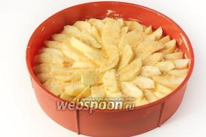 И на тесто выкладываем оставшиеся яблочные ломтики, также, как и в первом слое, покрывая ими всю поверхность теста. Посыпаем яблочный слой коричневым сахаром (или обычным).