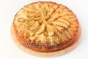 Ставим пирог в предварительно разогретую до 170°C духовку и выпекаем 1 час! Готовый пирог достаём из формы, даём ему полностью остыть, и, нарезав на порции, подаём к столу на десерт.