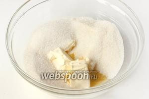 Соединяем в глубокой миске мягкое сливочное масло и сахар.