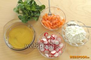 Все составные готовы и можно салат выкладывать на порционные тарелки.