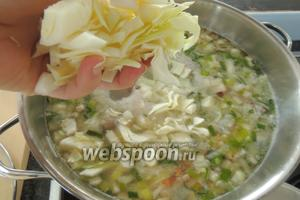 За 10 минут до завершения варки супа, нарезаем капусту и кладём в кастрюлю. Готовим всё на среднем огне 5-8 минут.