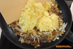 Картофель очистим от кожуры. Натрём его на крупной тёрке. Затем добавим картофель в сковороду и перемешаем. Приправим солью, перцем и добавим шафран — хорошо все перемешаем.