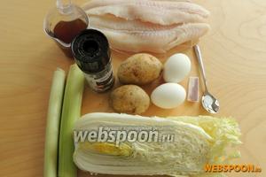 Пока тесто отдыхает в холодильнике, подготовим начинку: яйца, картофель, лук-порей, пекинскую капусту, бульон, филе пангасиуса, соль, перец и шафран.