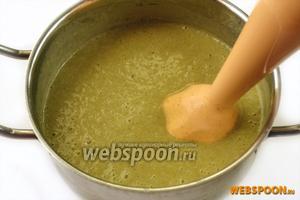 Пюрируем суп с помощью блендера. Можно также протирать овощную часть супа через сито, разбавляя потом жидкостью, в которой они варились.