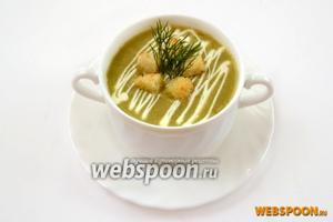 Наливаем суп, приправляем его небольшим количеством густых сливок и сразу же подаём с сухариками, которыми суп посыпается во время еды.