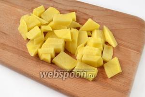 Картофель очистим и нарежем крупными кусочками.