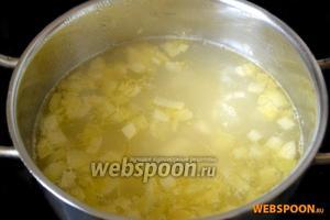 Отправим лук в кастрюлю с картофелем.