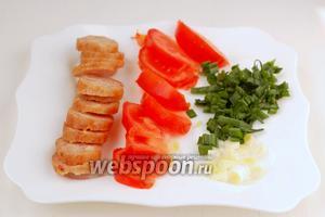 Лук, помидоры и колбасу порезать.