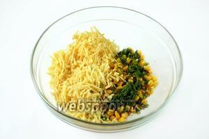 Готовим начинку: смешиваем консервированную кукурузу (жидкость предварительно слить), натёртый на крупной тёрке сыр и мелко нарезанный укроп. Кукурузу при желании можно заменить зелёным горошком.