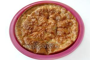 Готовность проверяем, как обычно у пирогов, с помощью деревянной шпажки. Запеканка, остывая, может слегка осесть — это нормально.