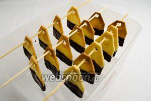 Край печенья опустить в глазурь. Поставить судок с печеньем в холодильник, чтобы шоколад застыл.