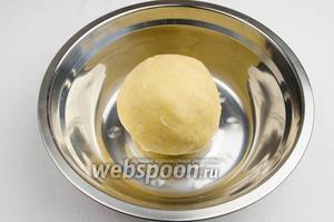 Быстро замесить тесто. Если тесто будет крошиться, добавить пару столовых ложек ледяной воды.