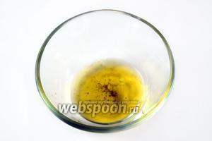 Для заправки готовим соус «винегрет»: в оливковое масло добавляем лимонный сок, соль и перец, интенсивно смешиваем вилкой.