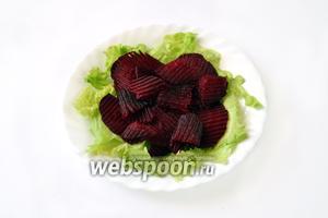 На салат выкладываем пластинки свёклы.