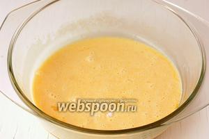 Взбить вилкой до образования однородной массы. В получившуюся смесь добавить 1 щепотку соды и 5 мл уксуса.