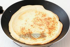 Далее следует обжарить каждую лепёшку на горячей сухой сковороде по 1-2 минуты с каждой стороны.