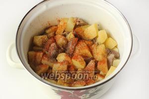 Когда картофель будет наполовину готов, добавляем чёрный молотый перец, молотую паприку и при необходимости досаливаем.