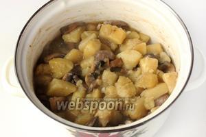 Перемешиваем и снимаем кастрюлю с плиты. Через 10 минут картофель можно подавать в качестве второго блюда!