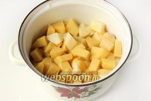 Выкладываем в бульон к куриным сердечкам картофель.
