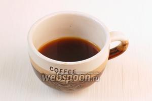 В керамическую или фарфоровую чашку наливаем кофе на 1/3 объёма.