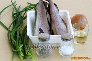 Для приготовления начинки нужно взять свежемороженую рыбу (минтай или хек), репчатый лук, зелёный лук, растительное масло, майонез, муку, немного воды, перец чёрный молотый и соль.
