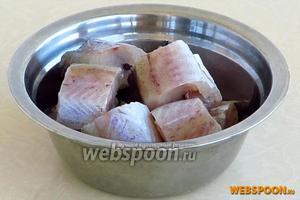 Рыбу разморозить, выпотрошить, тщательно вымыть, обсушить и нарезать кусочками.