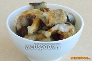 Выложить рыбу на сковороду с разогретым растительным маслом и обжарить до подрумянивания.