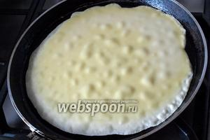 Разогреть сковороду, смазать маслом перед выпечкой первого блина, наливать тесто половником и равномерно распределять по поверхности наклоняя сковороду.