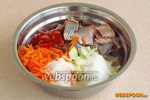 В большую миску выложить рыбное филе, морковь, лук, перец, сахар, соль, подсолнечное масло, уксус и кетчуп.