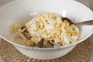 Добавить обжаренный лук, отварные яйца, очищенные и нарезанные небольшими кусочками.