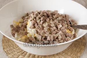 Телятину нарезать маленькими кубиками, добавить в салат.