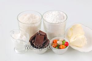 Для приготовления печенья нам понадобится сахар, мука, сметана, масло сливочное, шоколад, разноцветное драже для декорации.