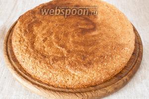 Тесто выложить в разъёмную форму, застеленную пергаментной бумагой и выпекать 30 минут в разогретой до 170-180°C духовке. Вынуть и остудить.