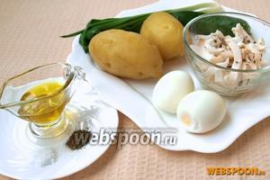 Для приготовления салата нам понадобятся следующие продукты: варёный картофель, варёные яйца, маринованные кальмары, огурец свежий, зелёный лук, оливковое масло, чёрный перец и соль.