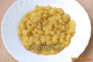 Варёный картофель нарезать кубиками.