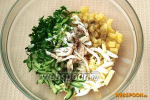 Соединить кальмары, картофель, яйца, огурец и зелёный лук. Добавить немного чёрного перца и соли.