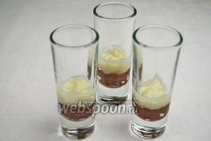 Для десерта приготовить небольшие стаканы-шоты или бокалы. Заполнять стаканы слоями десерта поочередно. Каждый слой уплотнять, размешивая деревянной шпажкой.
