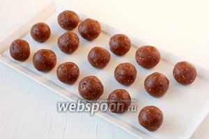 С помощью чайной ложки набирать смесь и формировать руками конфеты. Выход — 16-18 штук.