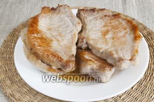 Мясо обжарить с обеих сторон до золотистого цвета, отложить в сторону.