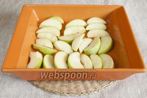 2 яблока промыть, нарезать дольками, удалив сердцевинку. Выложить в форму для запекания, смазанную сливочным маслом. Слегка присолить.