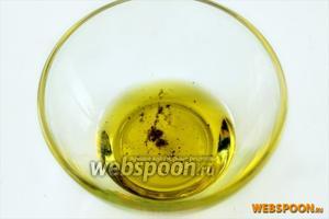 Для заправки смешиваем оливковое масло с лимонным соком и свежемолотым перцем. По желанию добавляем соль.